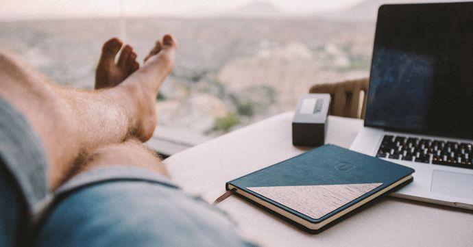 muž pri stole so zápisníkom Ocean Notebook od BeWooden