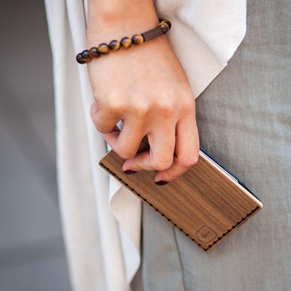 žena s dreveným vizitkárom Nox Note v ruke