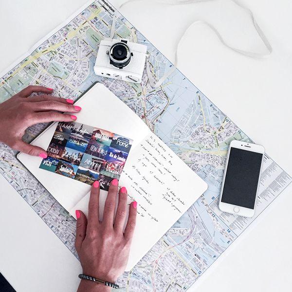 zápisník ležiaci na mape Ocean Notebook