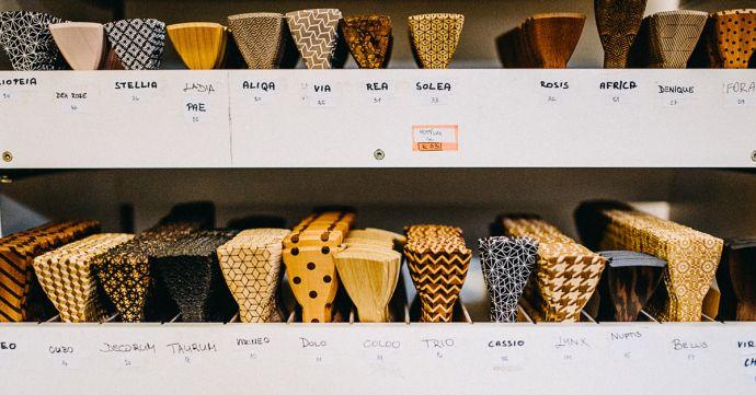Polotovary drevených motýlikov v sklade
