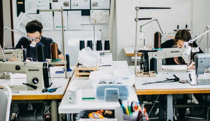 Krajčírky šijú na strojoch v dielni
