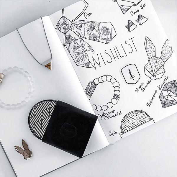Zápisník ležiaci na stole s produktami BeWooden