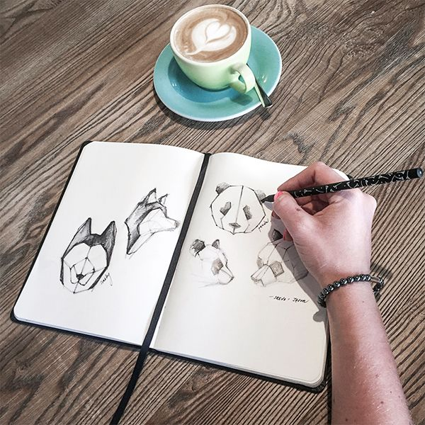 Žena v kaviarni kreslí do zápisníku BeWooden