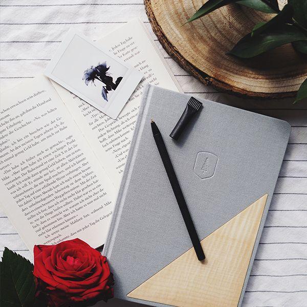 Zápisník Lux Notebook leží vedľa knihy