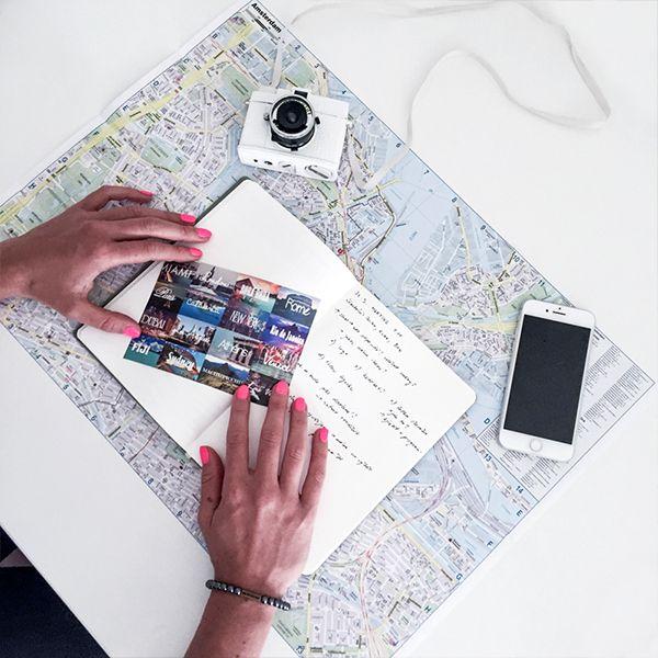 Žena drží pohľadnicu nad zápisníkom od BeWooden