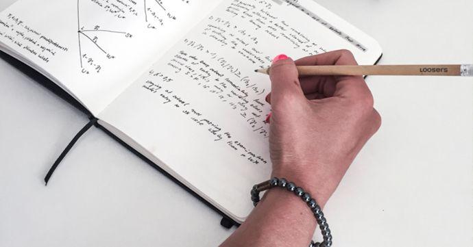 Žena s náramkom Silver Hematit Bracelet píše do zápisníku