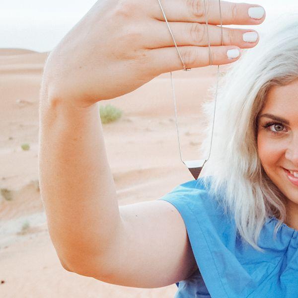 Žena so striebornými šperkami od BeWooden
