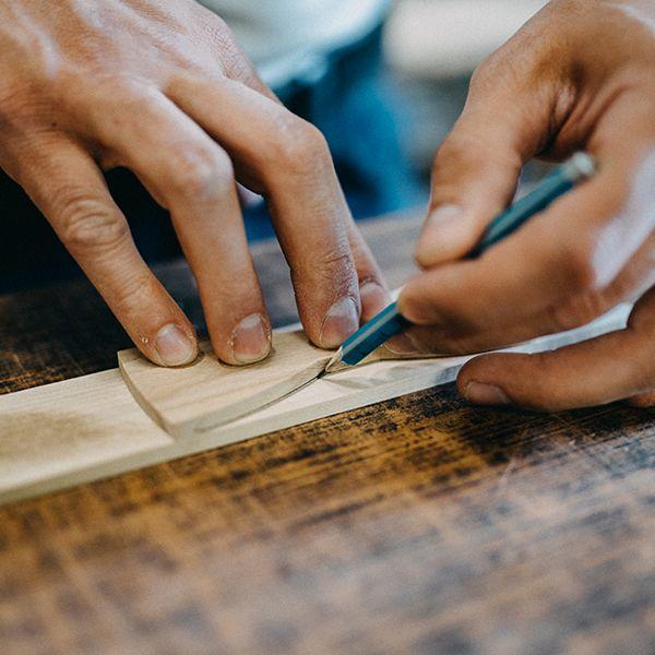 Drevár meria drevo na výrobu motýlika