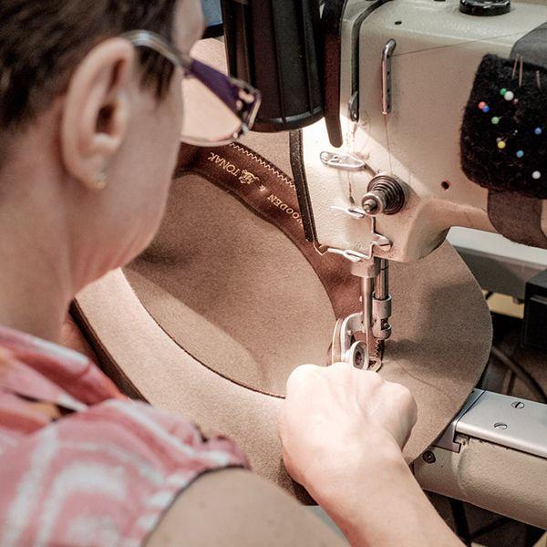 Krajčírka dokončuje výrobu klobúka Apis Hat v Tonaku
