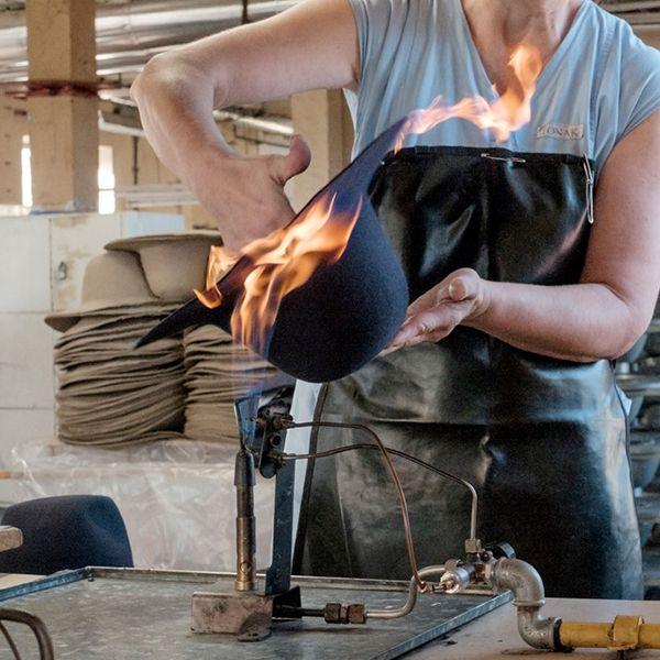 Pracovníčka opaľuje klobúk Stellia Hat