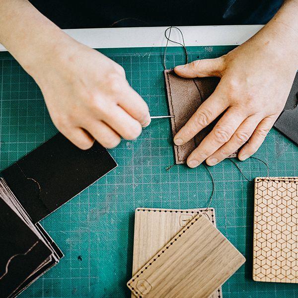 Krajčírka prešíva drevený vizitkár Nox Note