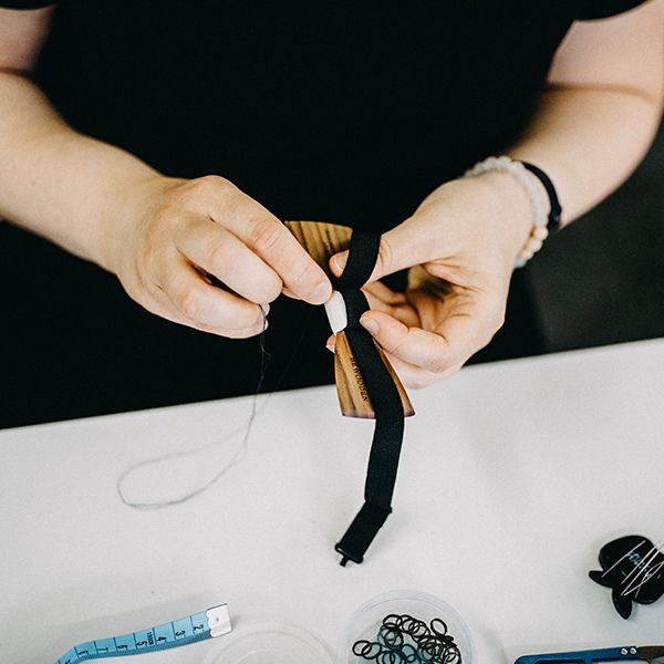 Krajčírka šije drevený motýlik