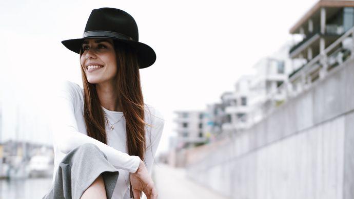 Žena s klobúkom Black Hat v meste