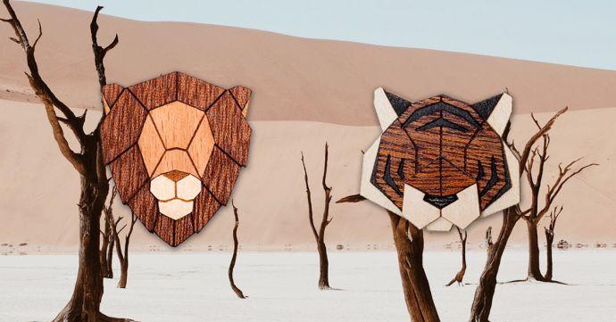 Drevené brošne tiger a lev na obrázku africkej prírody