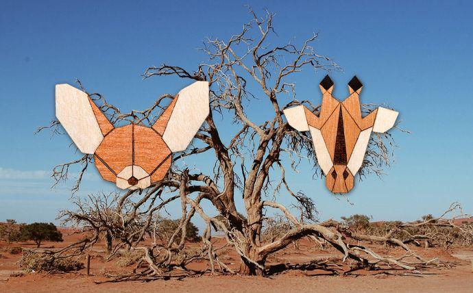 Drevené brošne žirafa a fenek na obrázku africkej prírody