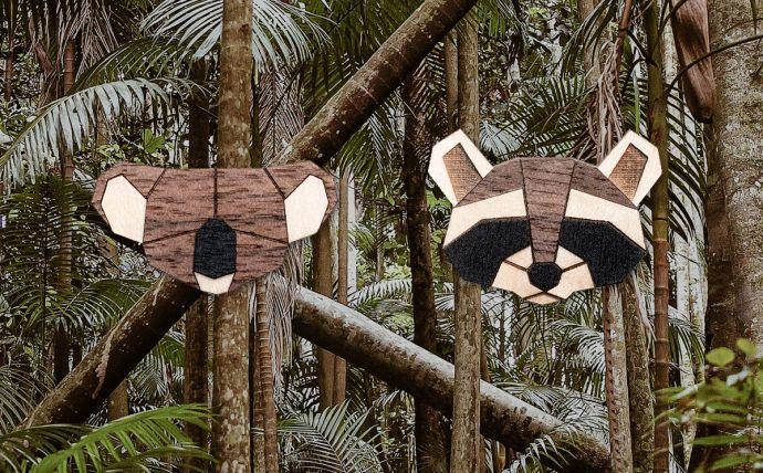Drevené brošne koala a medvedík čistotný na obrázku tropickej prírody