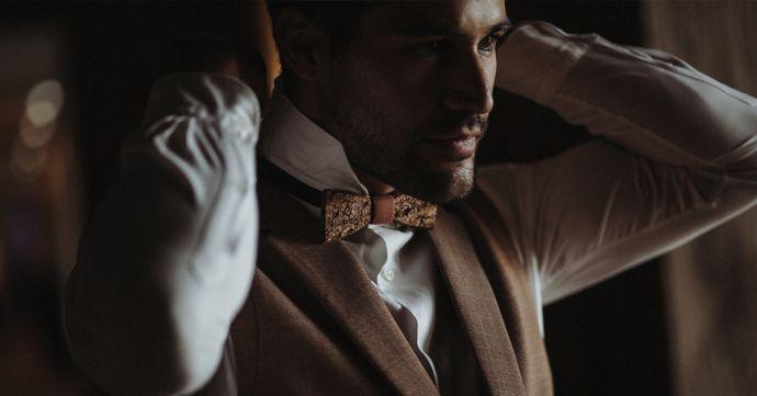Muž s tmavým dreveným motýlikom Reame