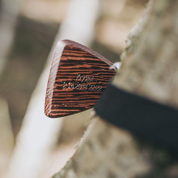 Tmavohnedý drevený motýlik s gravírovaním