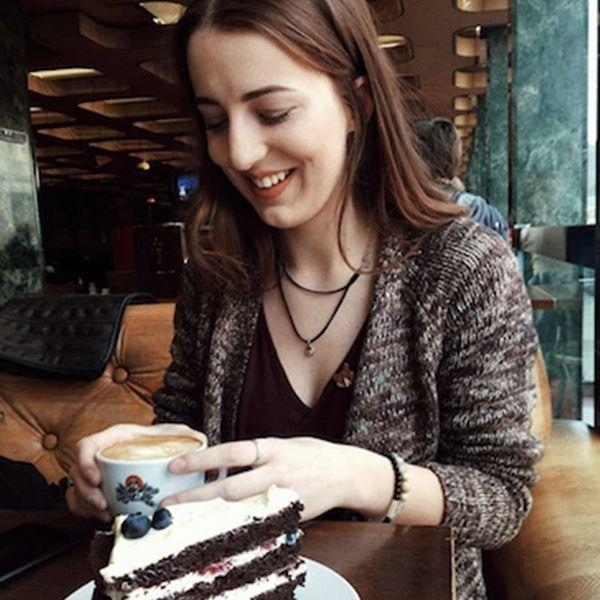 . Žena v kaviarni s drevenými doplnkami BeWooden